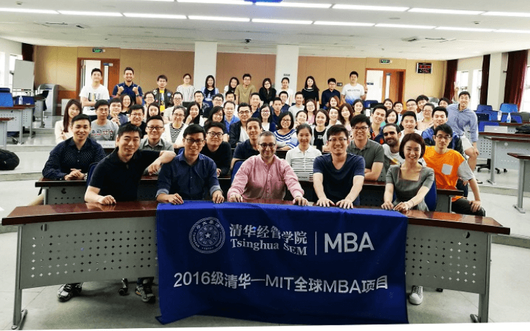 Bruno (second row, center) attending an entrepreneurial strategy course during the Global MBA