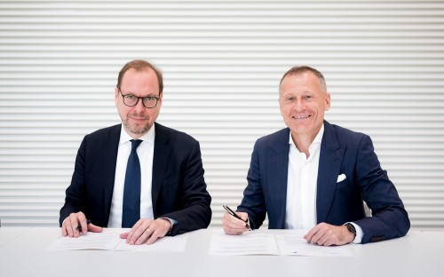 Professor Dr. Jens Wüstemann and Dr. Peter Görlich sign the collaboration agreement